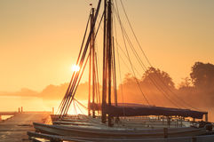 Πλέοντας βάρκες στην ανατολή Στοκ φωτογραφία με δικαίωμα ελεύθερης χρήσης