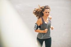 跑步户外在城市的健身少妇 免版税库存图片