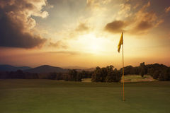 在高尔夫球场的山日出 免版税库存图片