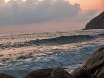 日落的风大浪急的海面 免版税库存图片