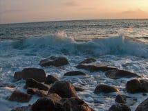 日落的风大浪急的海面 图库摄影