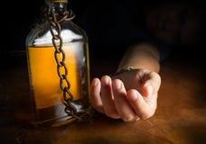 酒精奴隶或酒精中毒 免版税库存图片