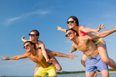 Усмехаясь друзья имея потеху на пляже лета Стоковая Фотография RF