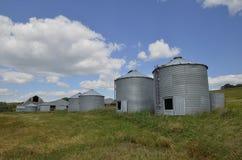 在离开的农场的离开的五谷容器 免版税库存图片