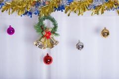 Το υπόβαθρο, το κουδούνι και η σφαίρα Χριστουγέννων διακοσμούν Στοκ Φωτογραφίες