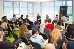在企业大会的圆桌会议讨论 库存图片