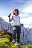 逗人喜爱的中部年迈的女性远足者休息 免版税库存照片