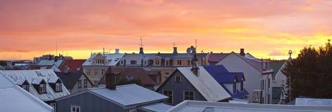 在雷克雅未克市上的全景视图日落的 免版税库存图片
