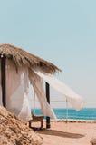 在海滩的白色帐篷 免版税库存照片