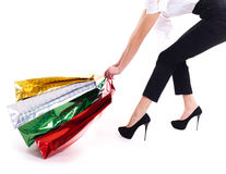 Η ελκυστική γυναίκα σέρνει τις τσάντες αγορών Στοκ Εικόνες