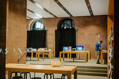 有被盖的购物的窗口的苹果计算机商店 免版税库存照片