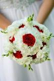 秀丽英国兰开斯特家族族徽和白花婚礼花束  库存图片