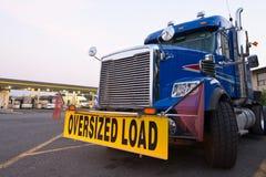 经典卡车大船具蓝色标志过大的装载卡车停留站 库存照片