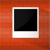 在砖墙上的照片框架 免版税库存照片