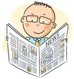 Человек в стеклах читая газету Стоковое Изображение RF