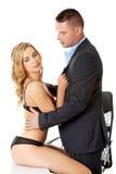 诱人的妇女和人-办公室浪漫史概念 库存照片