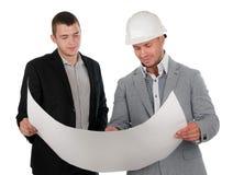 建筑师谈论图纸与他的伙伴 库存图片
