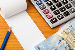 Пустой список с канадскими долларами и калькулятором Стоковые Изображения