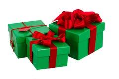 绿色礼物盒和圣诞节红色装饰 免版税库存图片
