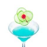 蓝色玛格丽塔酒鸡尾酒用石灰果子和樱桃 库存图片