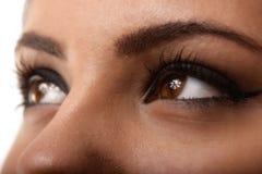 特写镜头射击了与天构成的妇女眼睛 图库摄影