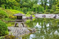绿色池塘在日本庭院里 免版税库存图片