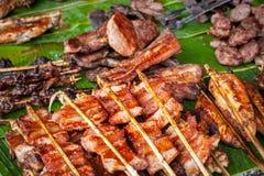 Παραδοσιακά ασιατικά τρόφιμα στην αγορά Εύγευστο πικάντικο ψημένο στη σχάρα χοιρινό κρέας Στοκ Φωτογραφία