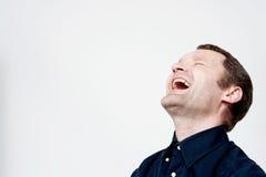 艰苦笑的中部年迈的人 免版税库存照片