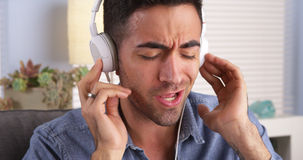听到音乐的英俊的墨西哥人 免版税库存图片