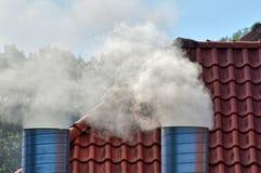 两个抽烟的烟囱在一个居住 库存图片