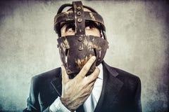 Думать, опасный бизнесмен с железной маской и выражения Стоковые Изображения