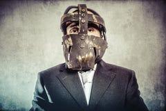 Офис, опасный бизнесмен с железной маской и выражения Стоковая Фотография