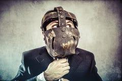 Кричащий, опасный бизнесмен с железной маской и выражения Стоковая Фотография RF