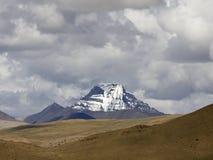 斯诺伊山在天空下 免版税库存图片