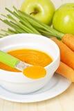 婴儿食品红萝卜纯汁浓汤用绿色苹果 库存照片