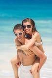 一名可爱的男人和妇女海滩的 库存照片