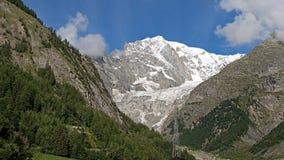 修改 有雪的勃朗峰在夏天 免版税库存图片