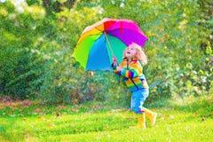 有伞的可爱的小女孩 免版税图库摄影