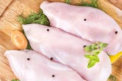 Ακατέργαστη λωρίδα στηθών της Τουρκίας κοτόπουλου φρέσκου κρέατος Στοκ Φωτογραφία