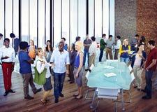 Разнообразная группа в составе бизнесмены общаясь Стоковая Фотография RF