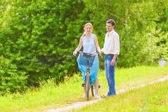 Δύο νέοι ρομαντικοί εραστές που ξοδεύουν το χρόνο τους το καλοκαίρι δασικό Ο Στοκ εικόνες με δικαίωμα ελεύθερης χρήσης