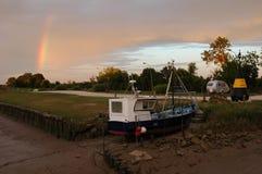 земля шлюпки и радуги Стоковые Изображения RF
