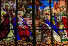 突然显现彩色玻璃在游览大教堂里 库存照片