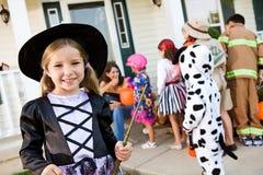 Хеллоуин: Милая ведьма хеллоуина девушки Стоковое фото RF