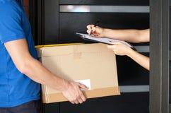 妇女签署的小包交付纸 免版税库存照片