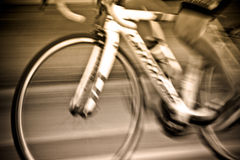 乘坐与自行车骑士乘坐的行动的骑自行车者的摘要 免版税图库摄影