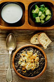 粥做用水菰和黑扁豆用油煎的葱 免版税库存图片