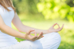 户外瑜伽 思考在莲花坐的妇女 概念的他 免版税库存照片