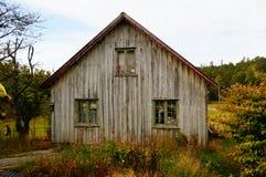 老被放弃的农厂房子,挪威 免版税库存照片