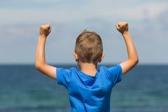 Αγόρι με τις σφιγγμένες πυγμές Στοκ Εικόνες